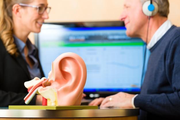 聴覚障害者の男性が聴力検査を行います Premium写真