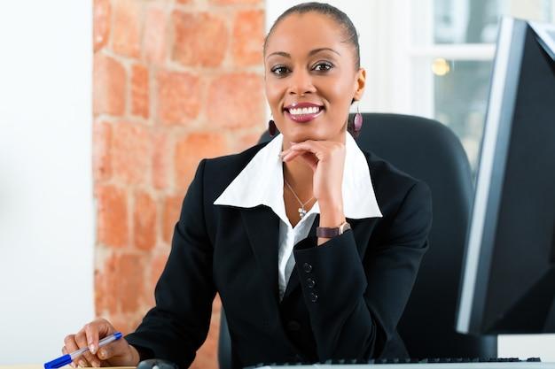 Адвокат в офисе сидит за компьютером Premium Фотографии