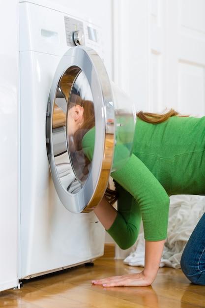 洗濯機のある家政婦 Premium写真