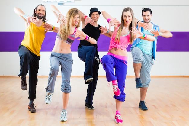 ダンススタジオでズンバフィットネストレーニングでダンサー Premium写真
