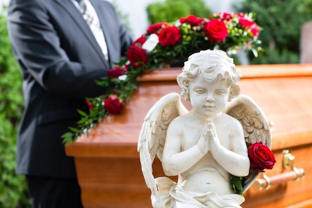Траурный человек на похоронах с гробом Premium Фотографии