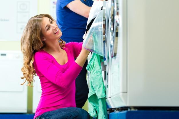コインランドリー洗濯の学生 Premium写真