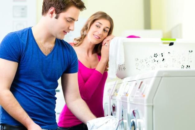 コインランドリー洗濯のカップル Premium写真