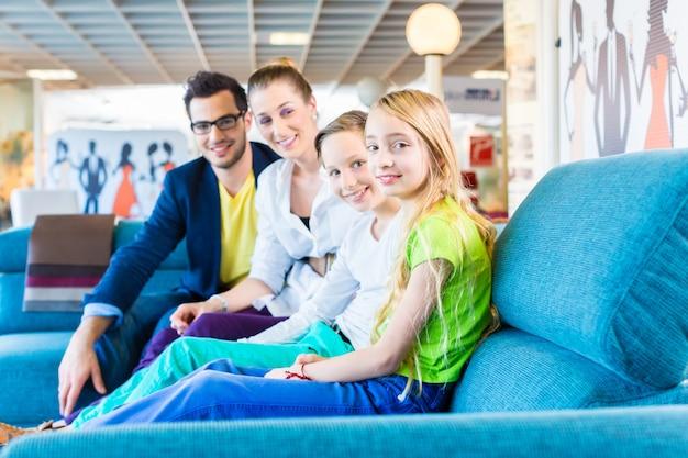 家具店でソファを買う家族 Premium写真