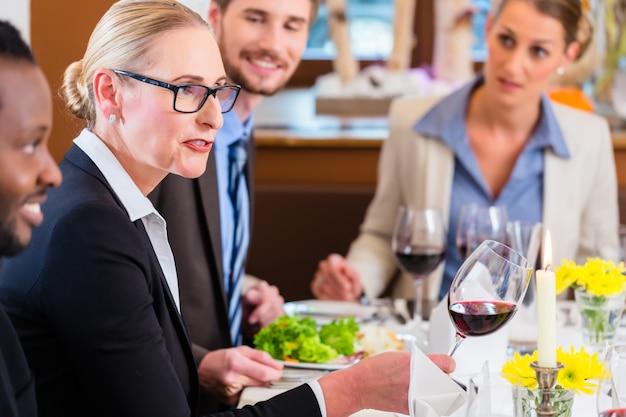 Команда на деловом обеде в ресторане Premium Фотографии