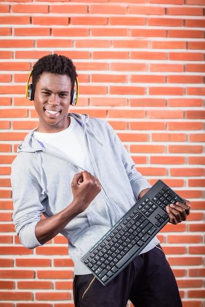 Хакер или программист с ноутбуком Premium Фотографии