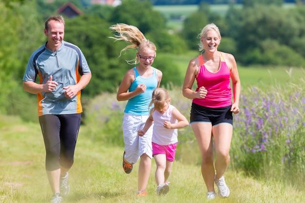 フィールドを介して実行している家族のスポーツ Premium写真