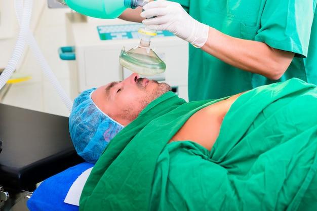 手術室の外科医、麻酔用マスク Premium写真