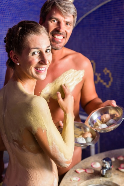 ウェルネススパでラスール風呂でカップル Premium写真