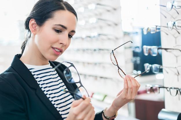 眼鏡を眼鏡で比較する女性 Premium写真