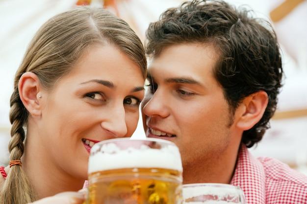 ビールテントの中でカップル Premium写真