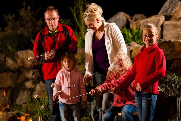 夕方にはバーベキューで家族 Premium写真