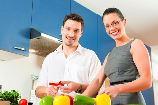台所で料理を一緒にカップルします。 Premium写真