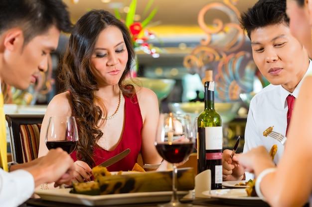 Китайские пары тостов с вином в ресторане Premium Фотографии