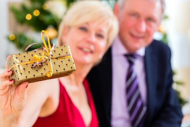 クリスマスイブを祝う年配のカップル Premium写真
