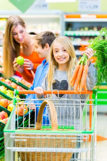 大型スーパーマーケットでの家族の食料品の買い物 Premium写真