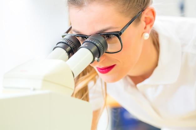顕微鏡と研削盤で働く矯正医 Premium写真