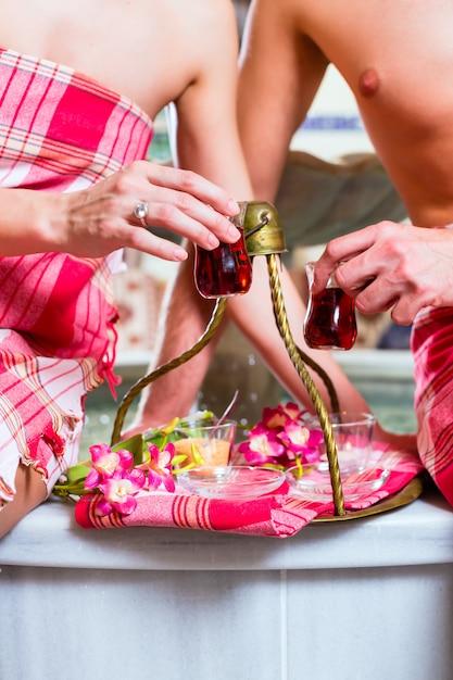 ウェルネススパでトルコのお茶を飲むカップル Premium写真