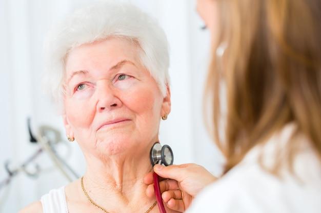 実際に上級の患者を聴診する医師 Premium写真