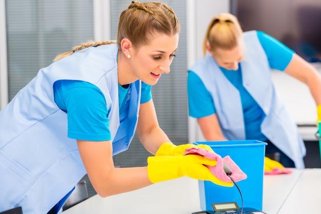 オフィスで働く女性清掃 Premium写真