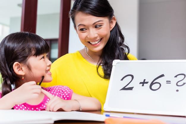 子供に数学を教える中国人の母親 Premium写真