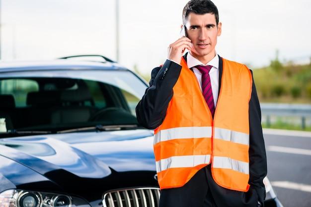 牽引会社を呼び出す車の故障を持つ男 Premium写真