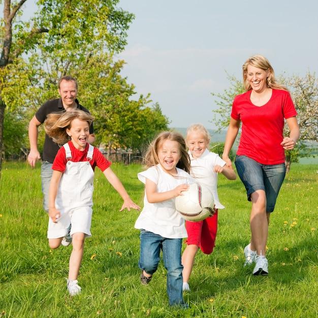 家族でボールゲームをする Premium写真