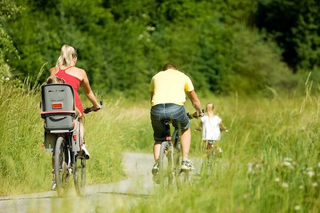家族は自転車に乗る Premium写真