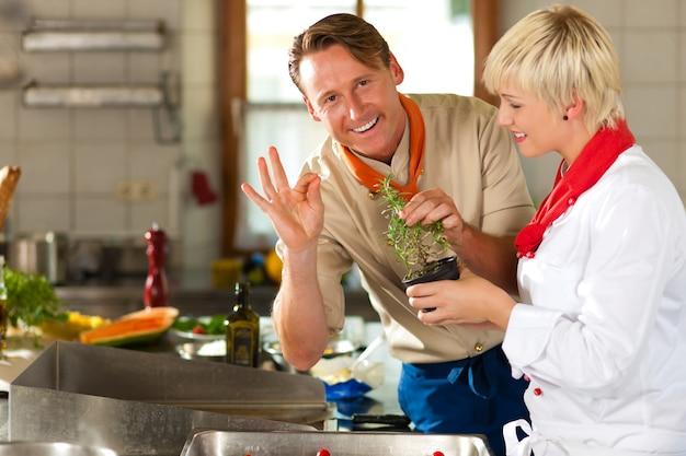 Повара в ресторане или гостинице готовят кухню Premium Фотографии