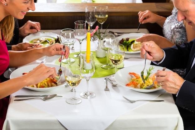 Семья со взрослыми детьми в ресторане Premium Фотографии