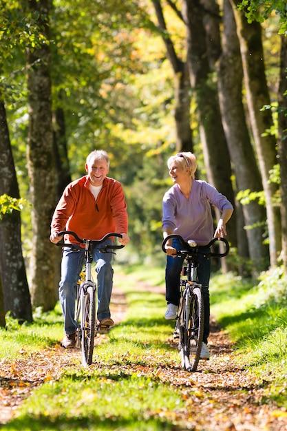 高齢者の自転車運動 Premium写真