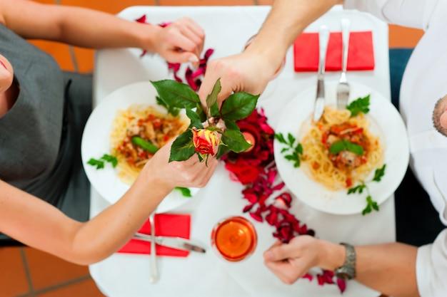 昼食または夕食のカップル Premium写真