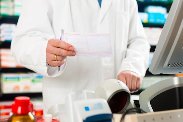 Рецепт фармацевта в аптеке Premium Фотографии