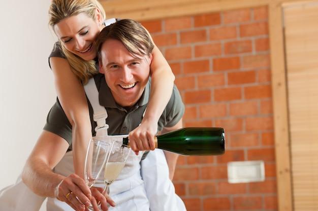 Пара переезжает в новый ремонт квартиры Premium Фотографии