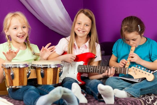音楽を作る子供たち Premium写真