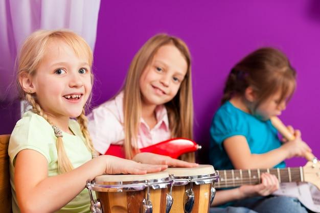 家庭で楽器を使って音楽を作る子供たち Premium写真
