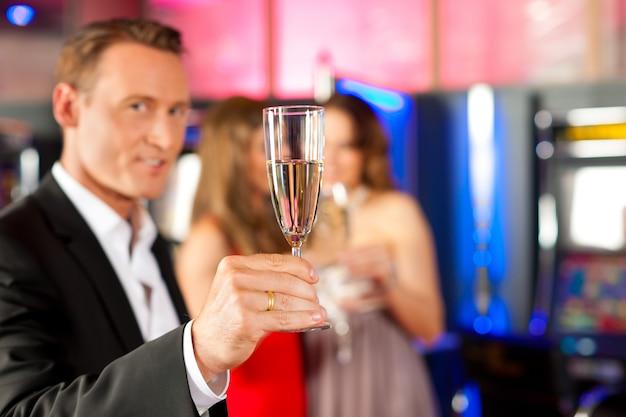 バーでシャンパンを持つ人々 Premium写真