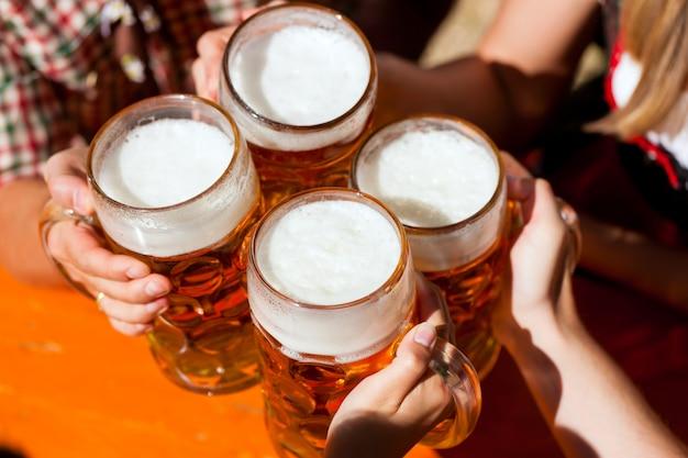 ビアガーデンで新鮮なビール Premium写真