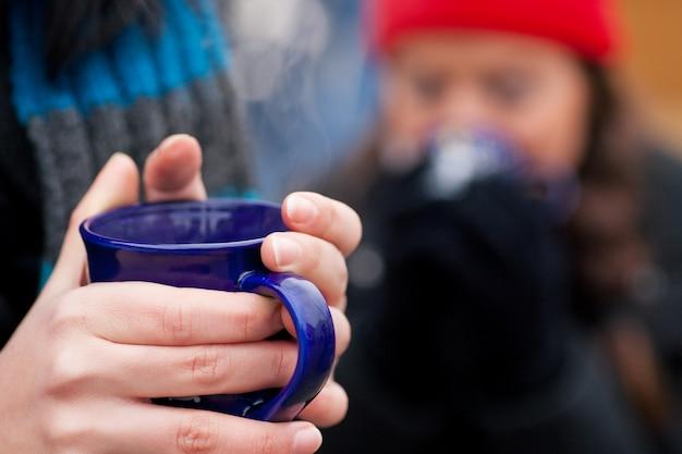 紅茶のコーヒーまたは手にコーヒー Premium写真