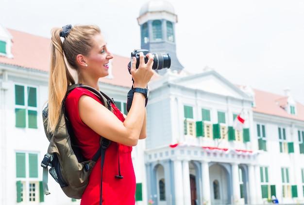 インドネシアのジャカルタで写真を撮る観光客 Premium写真