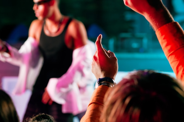 ステージで演奏するラップまたはヒップホップミュージシャン Premium写真