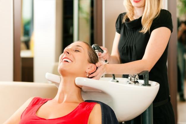 美容院での女性 Premium写真