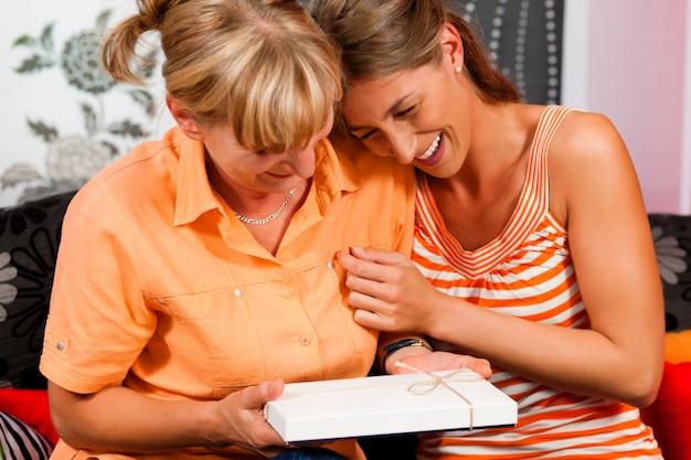 Мать и дочь с подарком Premium Фотографии