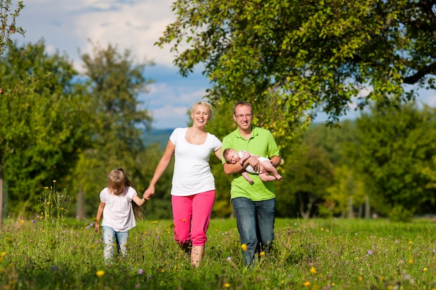 散歩を持つ子供連れの家族 Premium写真