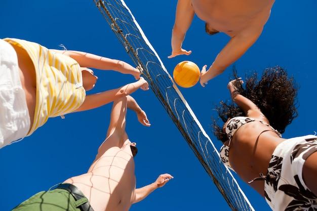 ビーチバレー-ネット上の選手 Premium写真