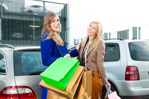 Женщины делали покупки и ехали домой Premium Фотографии