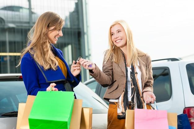 女性は買い物をして家に帰りました Premium写真