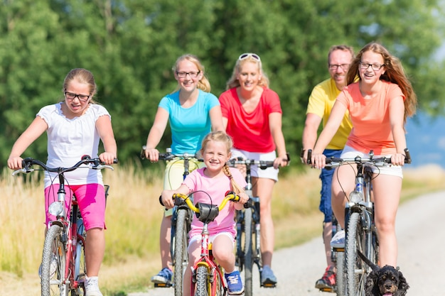 土の道でバイクに乗って家族 Premium写真