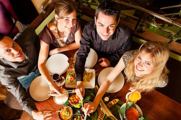 タイのレストランで食べる若者 Premium写真