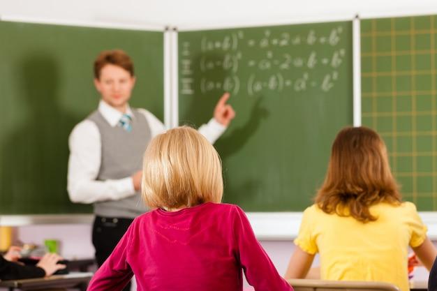 学校教育の生徒と教師 Premium写真